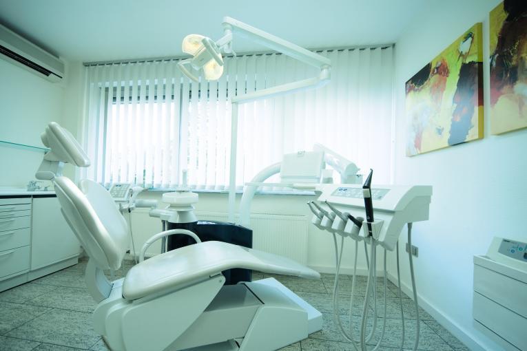 Behandlungszimmer-zahnarzt-frankfurt
